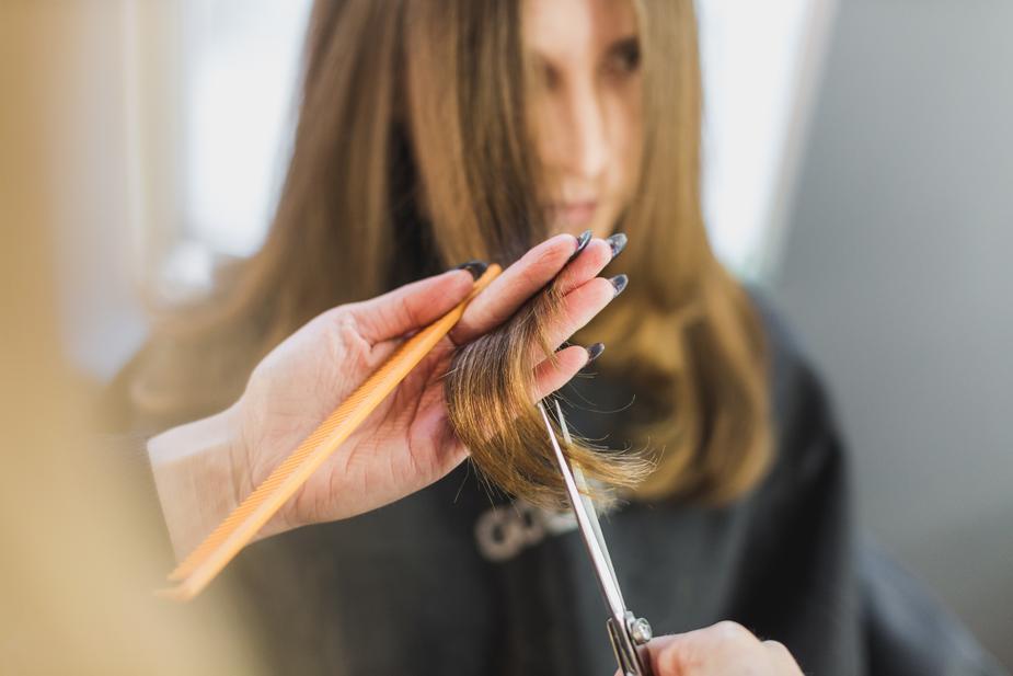 woman-getting-hair-cut-at-salon_925x